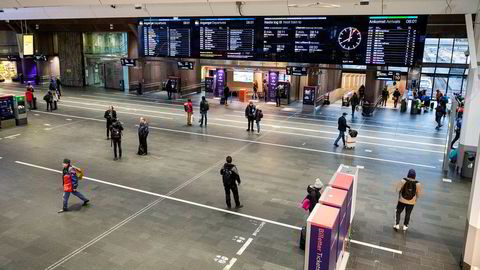 Det er uvanlig stille på Oslo S klokken 08:00, normaltiden for morgenrushet. Koronaviruset har bremset persontrafikken i Norge kraftig. Mange sitter hjemme og jobber, andre er permittert.