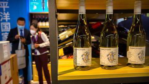 Det er full skjæring mellom Kina og Australia. Australsk vin ilegges straffetoll på inntil 212 prosent med dumpinganklager. Begge land forlanger en unnskyldning fra motparten.