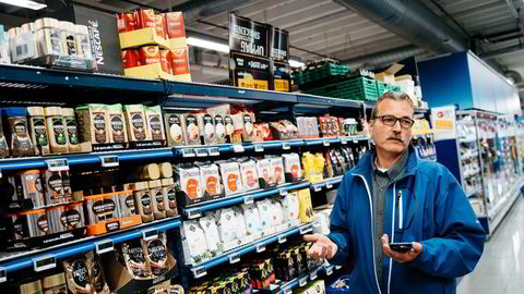 I en årrekke har dagligvarekjedenes prisjegere overvåket konkurrentenes priser. Her er Coops prisjeger Trond Syversen i en Rema-butikk på Haugenstua.