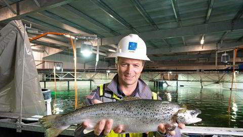 Johan Andreassen er grunnlegger og toppsjef i Atlantic Sapphire. På bildet viser han frem den første fisken de slaktet ved anlegget i Florida.
