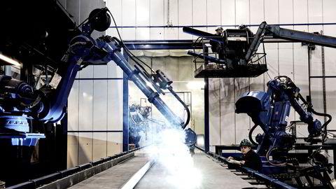 Sveiseroboter i sving ved Kleven Verft i Ulsteinvik. 85 millioner jobber blir erstattet med automatisering i løpet av de neste fem årene, anslår Verdens økonomiske forum (WEF).
