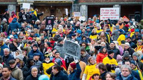 En gruppe som kaller seg «Stop Lockdown: Full gjenåpning av Norge – NÅ» arrangerte demonstrasjon mot koronatiltakene på Fridtjof Nansens plass ved Rådhuset i Oslo lørdag.