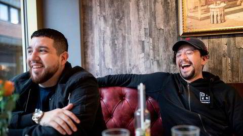 Jonathan «Boss» Castro (til venstre) og broren Felipe «Fela» Orellana har bedre avkastning enn aksjeekspertene.
