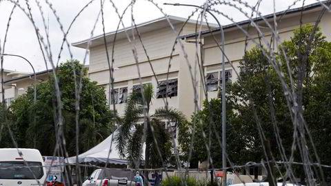 Malaysias arbeidsminister er forferdet over hvordan ansatte er stuet sammen i sovesaler når de ikke produserer engangshansker. Inntil 30 personer sover i samme rom. Det er lagt ut piggtråd rundt sovesaler hvor 13.000 ansatte er i karantene etter smitteutbrudd.