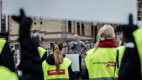Trygve Slagsvold Vedum støtter de streikende Norwegian-ansatte og sier han vil støtte selskapet, men ikke selskapets organiseringsform innen EU.
