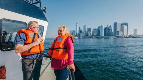 Statsminister Erna Solberg på befaring i New Yorks havnebasseng for å se på området som skal oppgraderes til Empire Wind-havvindpark. Her sammen med daværende konsernsjef i Equinor Eldar Sætre, i 2019.