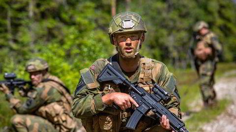 Forsvaret har et stort behov for flere ansatte finansiert med friske midler, skriver artikkelforfatteren. Bildet viser soldater fra Telemark bataljon.