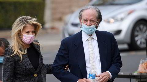 Pimco-gründer Bill Gross (til høyre) og samboer Amy Schwartz ankommer retten i Santa Ana i California tidligere denne uken.
