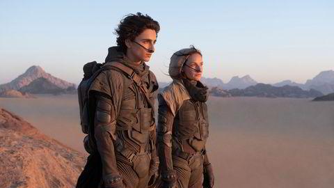 Storfilmen «Dune» med Timothée Chalamet (t.v.) og Rebecca Ferguson,  lanseres samtidig på HBO Max  og kino.