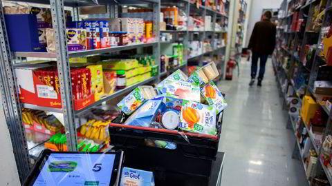 Dagligvarer som skal sendes ut til Kolonial.nos kunder pakkes på lageret på Kalbakken i Oslo.