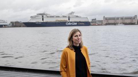 Eira Larsen van der Berg fotografert på Sørengkaia, foran et av skipene til selskapet hun ble permittert av i mars.