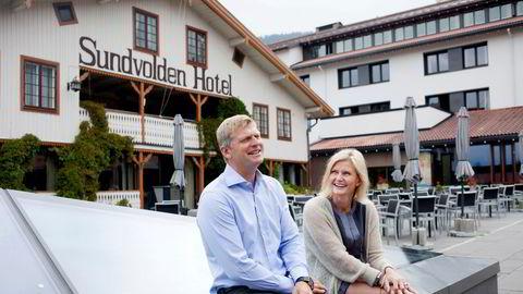 Dette bildet av Tord og Cecilie Laeskogen på Sundvolden Hotel er fra en langt mer oppløftende tid; lenge før koronapandemien tvang frem stengte dører. – Vi aner ikke når vi kan klare å åpne igjen, sier Cecilie Laeskogen.