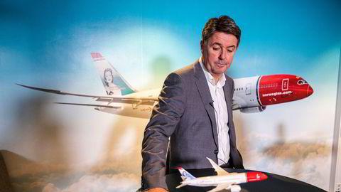 Norwegians langdistansefly av typen Boeing 787 Dreamliner har vært en stor del av virksomheten på Gatwick-flyplassen i London – og nå kan disse rettighetene være i spill. Her er Dreamliner-flyet foran finansdirektør Geir Karlsen.