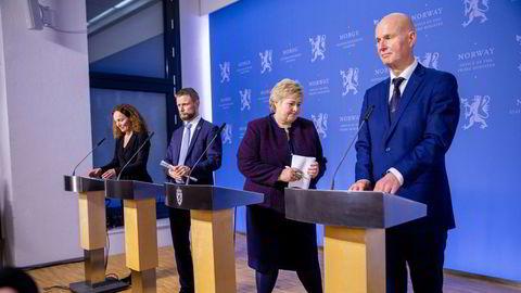 Camilla Stoltenberg (fra venstre), Bent Høie, Erna Solberg og Bjørn Guldvog har pressekonferanse om koronatiltakene 12. mars i fjor.