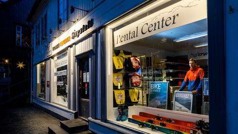 Daglig leder Magne Aarbø (42) i Tromsø Outdoor har permittert alle ansatte, og redusert åpningstiden i butikken til noen få timer per uke. – Omsetningen vår innen utleie og turer var ned 92 prosent i sommer, sier han.