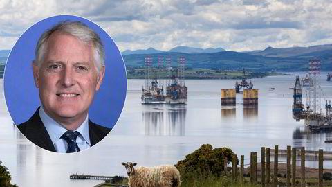 Keith Tuffley leder en avdeling i storbanken Citi, som gir råd til investorer og selskaper om  klimatilpasning. Banktoppen advarer oljeselskapene om at de må omstille eller forsvinne. Bildet er fra Port of Cromarty Firth i Cromarty, Storbritannia.
