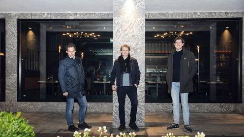 Eilert Hanoa (til venstre) utenfor kontorene til sitt private investeringsselskap Glitrafjord as, sammen med gründerne Ole Fjelberg og Thomas Adams. Han går inn i styret til deres nye selskap, Brandbassador.