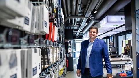 – Vi har brukt all vår tid på å unngå at det blir overfylte butikker. Vi tror at nettet vil ta unna det meste av salget i år, sier Elkjøp Norge-sjef Fredrik Tønnesen, her i kjedens mobilbutikk i Nydalen.