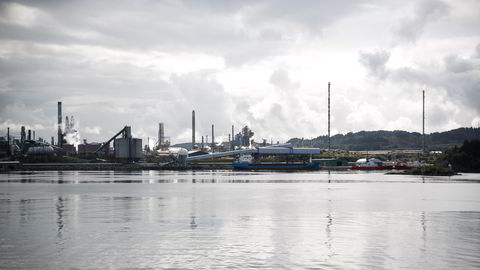 Oljeraffineriet Mongstad sett fra sjøsiden. Lekkasjer av olje til grunnen kan ha pågått over flere tiår.