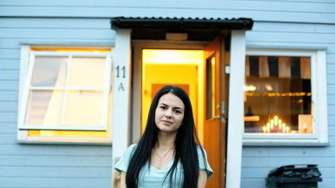 Madalina Andreea Sitaru (24) kom til Myre i Vesterålen fra Onesti i Romania første nyttårsdag. Her må hun sitte én uke i karantene før hun kan ta fatt på sin femte sesong ved Myre fiskemottak.