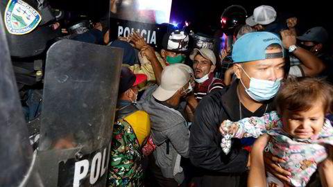 Politiet i Honduras prøvde å stoppe migranter i å krysse grensen til Guatemala. Flere tusen honduranske migranten har lyktes i å krysse grensen og fortsetter reisen mot USA.
