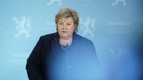 Statsminister Erna Solberg kommer med dårlige nyheter om koronasmitten.