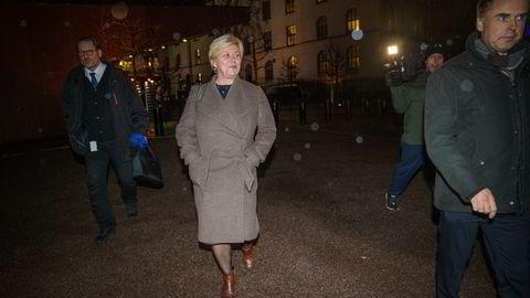 Siv Jensen forlater statsministerens kontor i Oslo mandag etter nye møter i budsjettforhandlingene mellom regjeringspartiene og Frp.