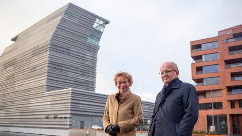 Anne Hvistendahl, leder for sjømatavdelingen i DNB, her sammen med seniorrådgiver Dag Sletmo.