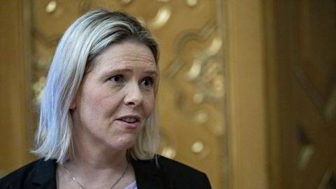 Frps nestleder Sylvi Listhaug vil at arbeidsgivere skal ha mulighet til å ha ansatte i permisjon helt frem til 1. oktober.