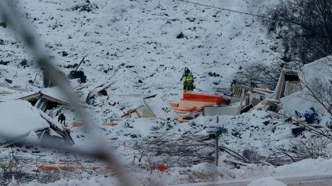 Redningsmannskaper har fredag funnet en død person i raset i Gjerdrum.