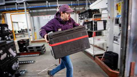 – Nå skal jeg levere 85 kasser med varer til 35 kunder, hvorav fire av dem får pakker som ikke inneholder mat, sier sjåfør Serban Secara i Kolonial.no.