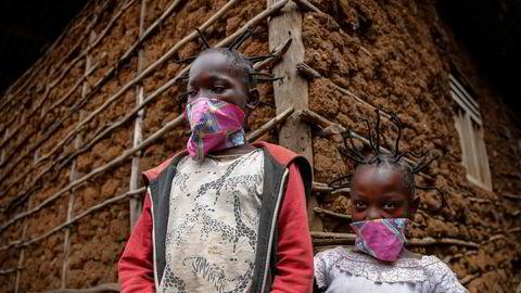 Gettrueth Ambio (12) (til venstre) og hennes venninne Jane Mbone (7) holder motet oppe med ny hårfrisyre under koronakrisen i Nairobi, Kenya.