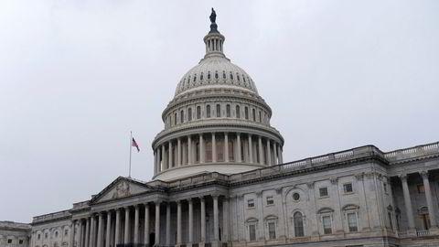 Representantenes hus har vedtatt å øke kontantutbetalingen til millioner av amerikanere til 2.000 dollar, men det er uklart hvordan Senatet reagerer.