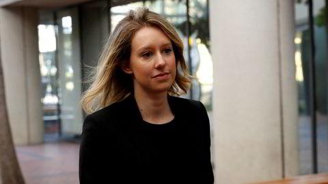 Eks-milliardær Elizabeth Holmes får utsatt rettssaken sin på grunn av høyt smittetrykk i California.