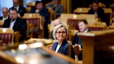 – Det er naturlig for Stortinget å spørre regjeringen hva som skal til for å endre strategien og om de vil endre den hvis mutanten nå bekreftes å ha blitt spredt til Oslo og flere byer, sier Ingvild Kjerkol.