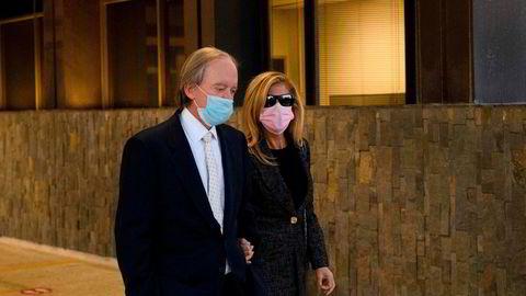 Bill Gross, på vei til retten sammen med sin kone Amy Schwartz.