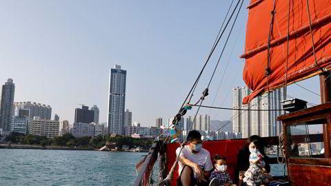 Mange av Hongkongs toppledere er ilagt amerikanske sanksjoner. Carrie Lam, som leder finansbyen, får hverken åpne bankkonto eller ha egne kredittkort. Lønnen må utbetales kontant.