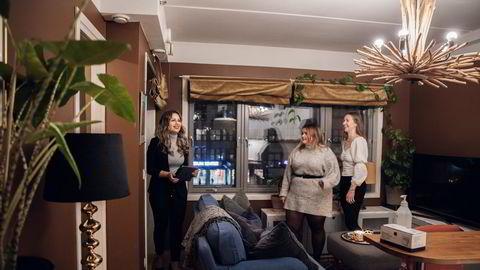 Førstegangskjøper Aud-Marie Angelvik (til høyre) og venninnen Karoline Gundersen møtte eiendomsmegler Merita Hadri på visning i toroms på Majorstuen. – Man får veldig lite for pengene, sier Angelvik.