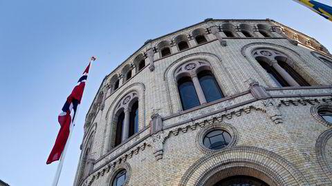 Steinar Juel og Mathilde Fasting trekker på skuldrene over at regjeringen gjentatte ganger har brutt skatteforliket fra 2016, som skulle gi næringslivet forutsigbarhet, skriver Hannah Gitmark.