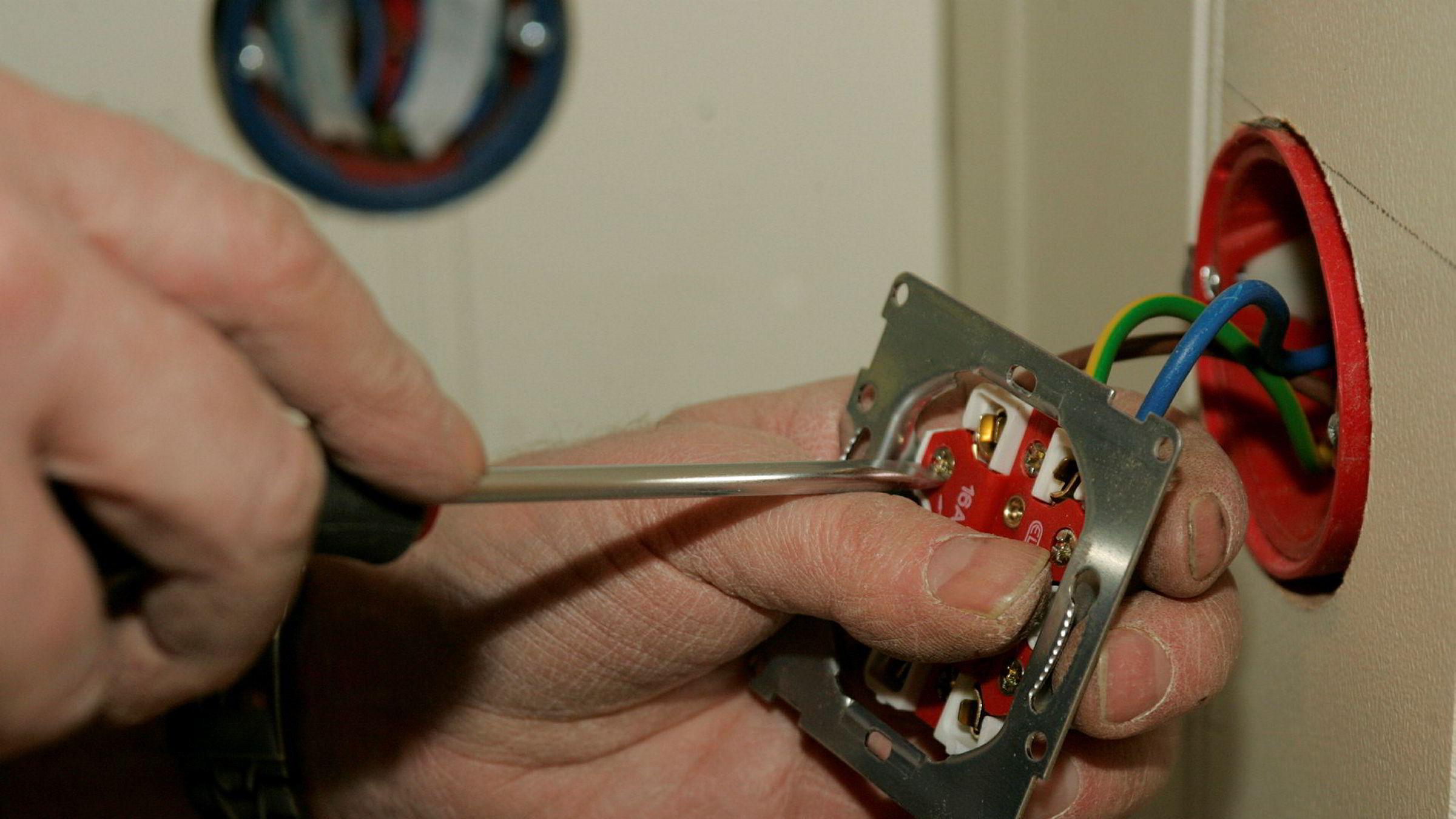 Når du utfører elektrikerarbeid er det best å få det gjort skikkelig. Illustrasjonsbildet viser en elektriker i arbeid.