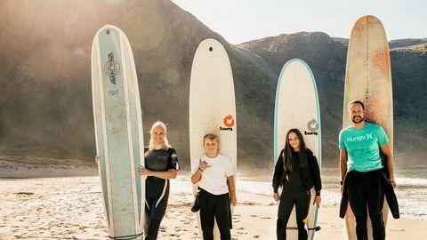 Life's a beach. Kronprinsfamilien samlet til surfing i Hoddevika, Sogn og Fjordane. Ferier kan tilbringes i bobil langs Californias kyst, på camping ved Klitmøller på Nord-Jylland eller letende etter det perfekte, øko-vennlige surfebrett