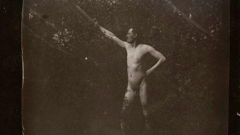 Første akt. Edvard Munch tok flere bilder av seg selv hvor han poserte naken. I 1904 skrev han: «Da jeg så et profilbilde av min figur, besluttet jeg etter samråd med min forfengelighet å forlenge stenkastingens, spydkastingens og badets timer».