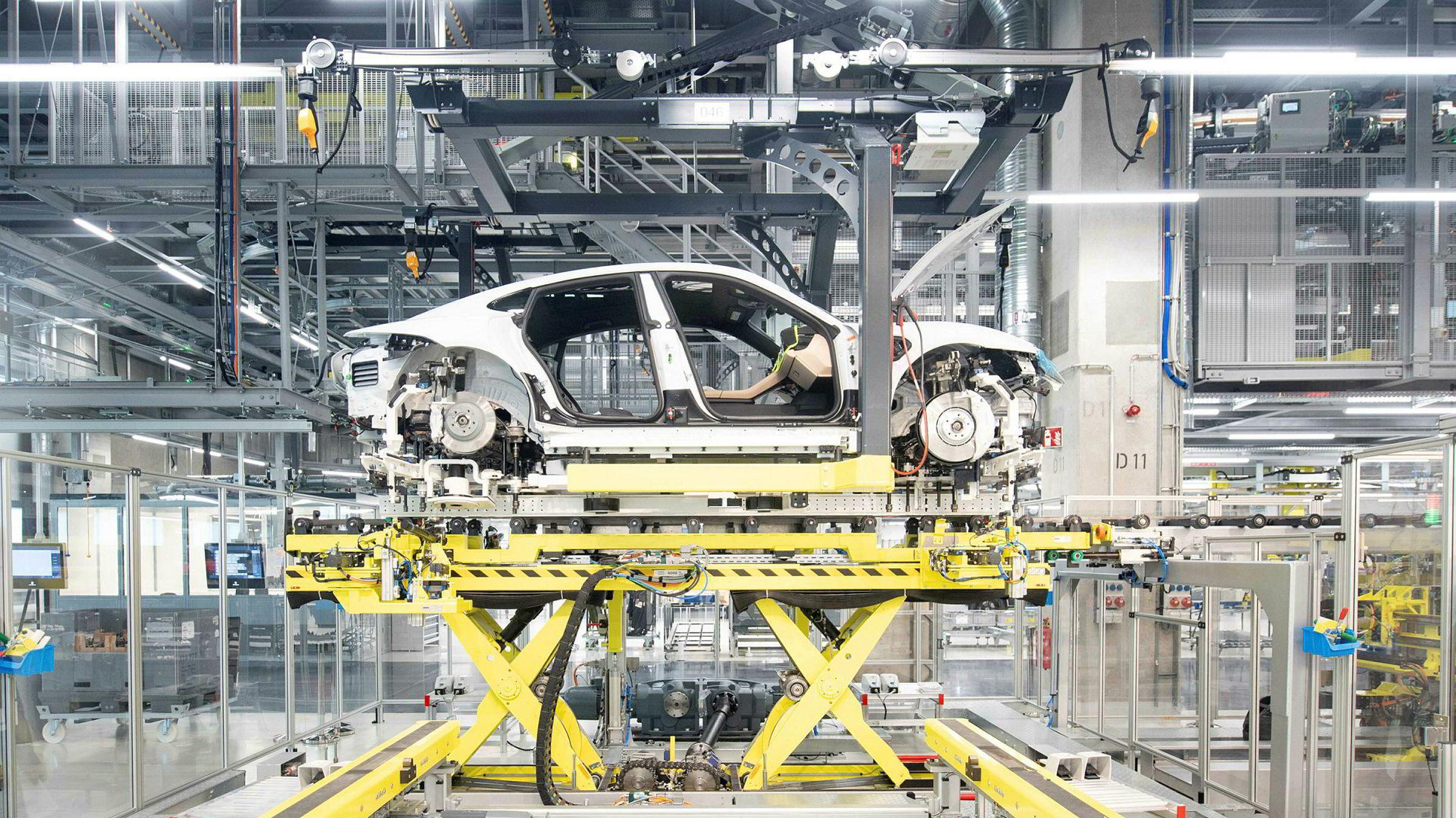En Porsche Taycan, Porshces første helelektriske bil, vises frem under produksjonen i Stuttgard i Tyskland.