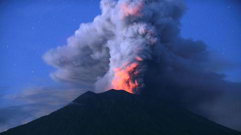 Vulkanen Agung spyr fortsatt ut masse røyk og aske.