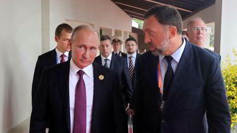 Den russiske metallmagnaten Oleg Deripaska (til høyre) nevnes oftest som kandidat til svartelisting av Vesten. Her sammen med president Vladimir Putin under et besøk i Vietnam i fjor høst.