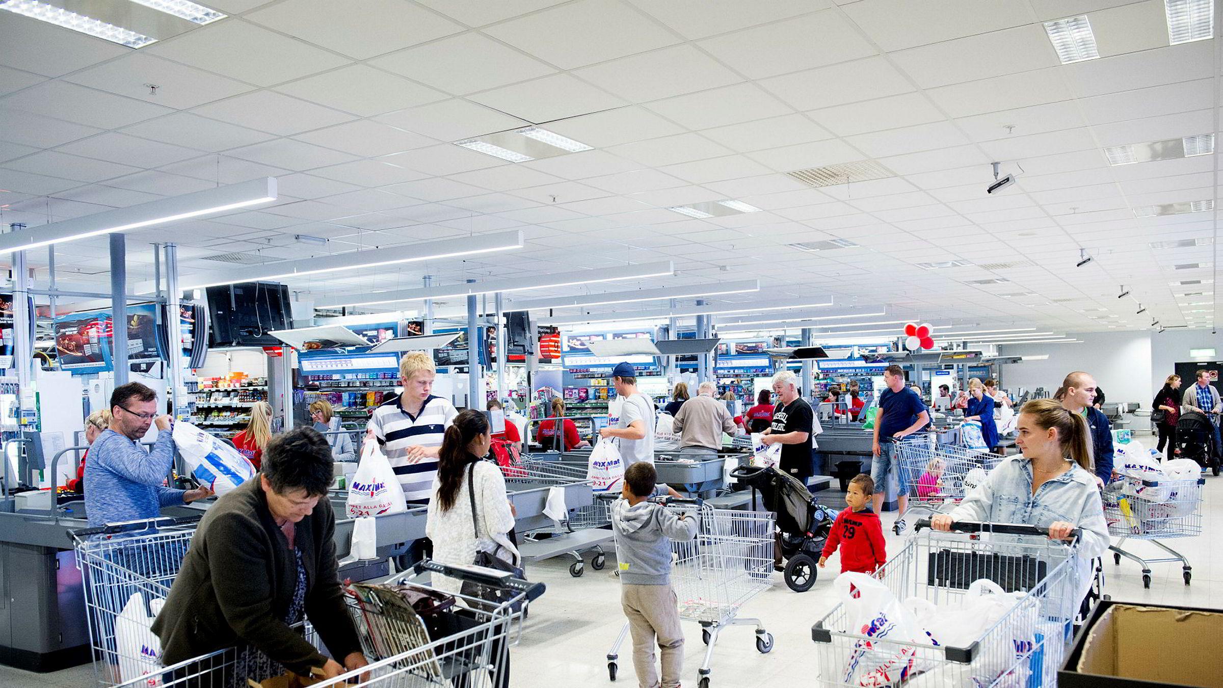 Vi forbrukere synes matvarene her i landet er dyre og at utvalget er for dårlig. Derfor tar vi svippturer til Sverige, hvor selv den norske Jarlsberg-osten er en femtilapp billigere, skriver artikkelforfatteren. Her fra Nordby Shoppingcenter ved Svinesund.