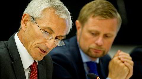 Departementsråd Bjørn-Inge Larsen forklarer hvorfor regjeringens kriseråd ønsket et slikt scenario. Her er han med helseminister Bent Høie i Stortinget ved en tidligere anledning.
