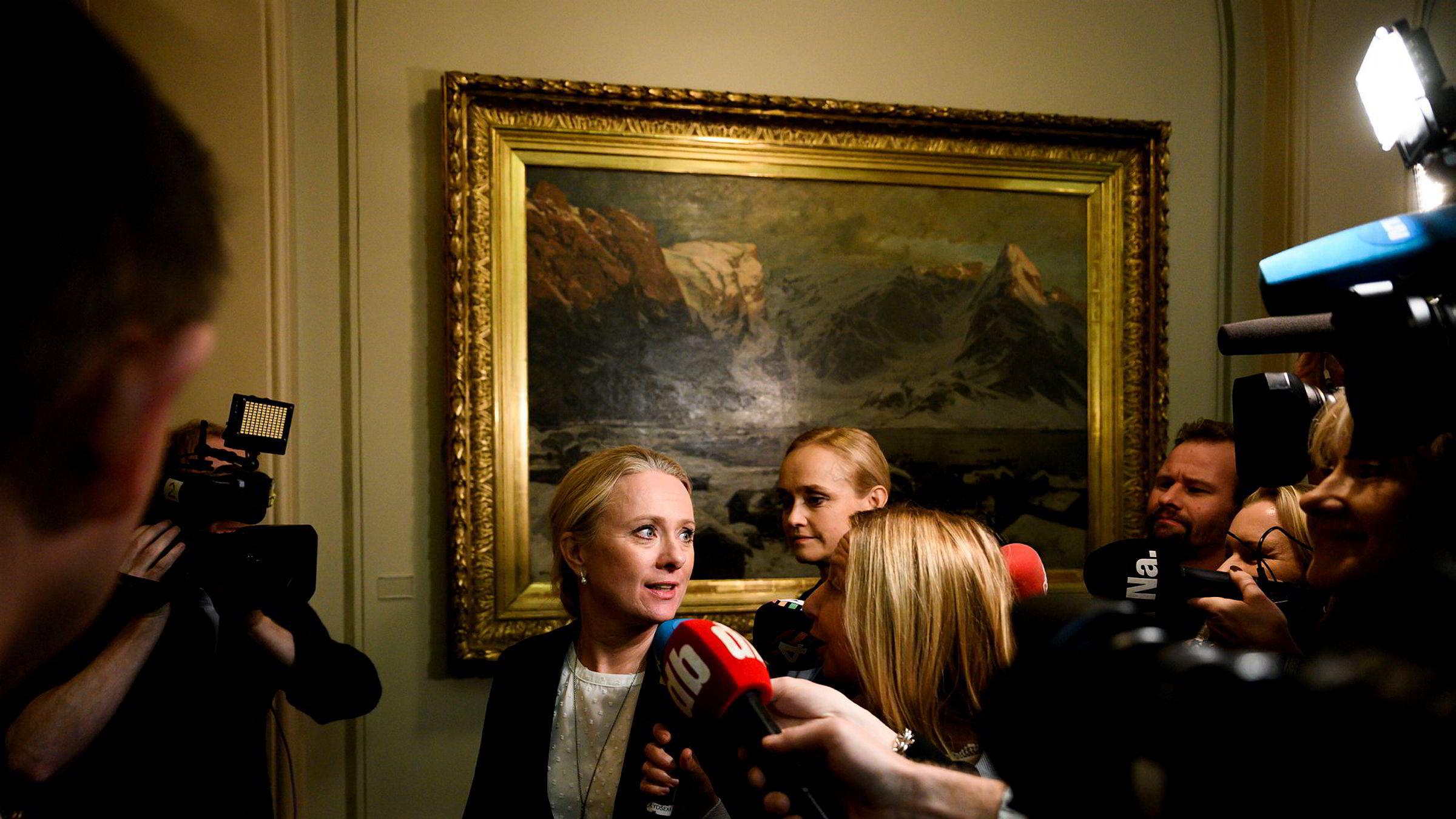 Arbeids- og sosialminister Anniken Hauglie på vei inn i Stortingssalen or å redegjøre om NAV-skandalen tirsdag.