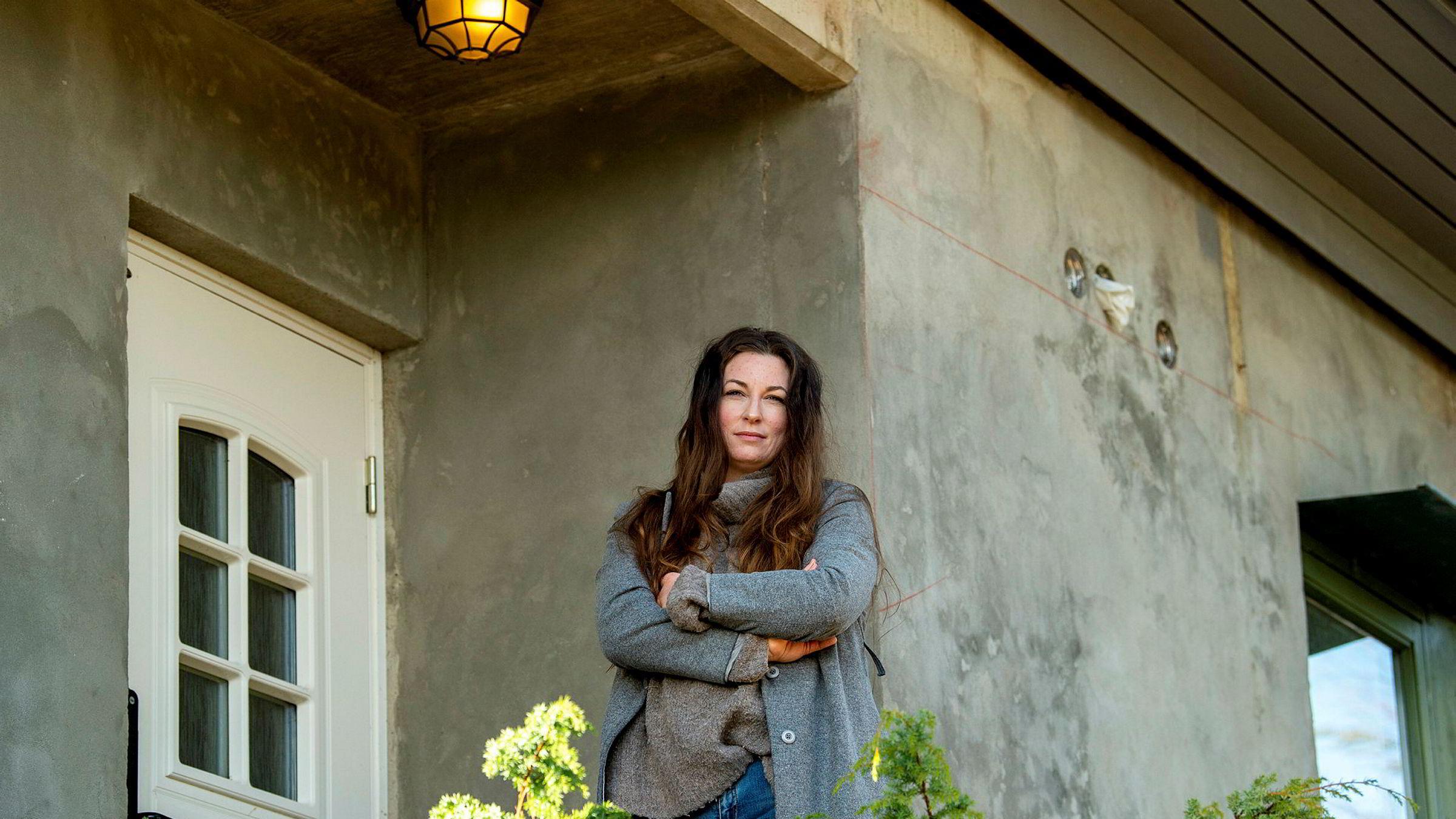 – Vi småbedriftene utgjør mange over hele landet. Og vi trengs jo igjen om et halvt år vi, eller noen måneder, sier Eva Strøm Jørgensen, som er gründeren bak et boligstyling-firma med to ansatte. Hun er selv i karantene og kan ikke ta de få oppdragene hennes bedrift nå har.