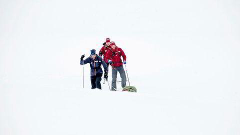 Anders Aukland (med pulk), Jørgen Aukland og Egil Nilsen (midten) forbereder Grønland-kryssing i rekordfart i midten av mai. For Aukland-brødrene er grunnlaget fra friluftsliv utenom treningen svært sparsommelig.